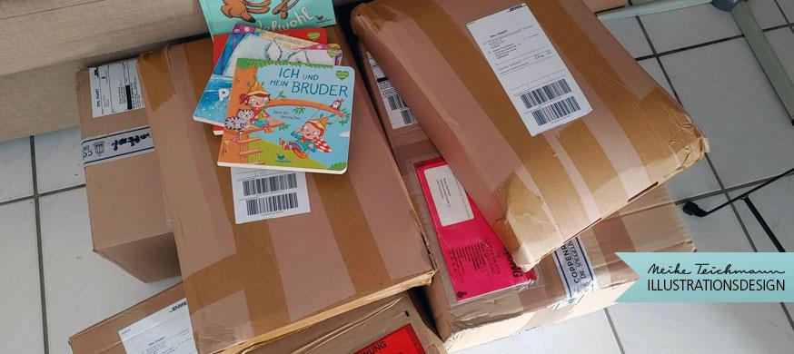 Viele Kartons mit Büchern